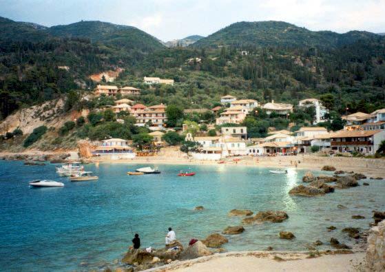 Agios Nikitaksen kylä mereltäpäin katsottuna